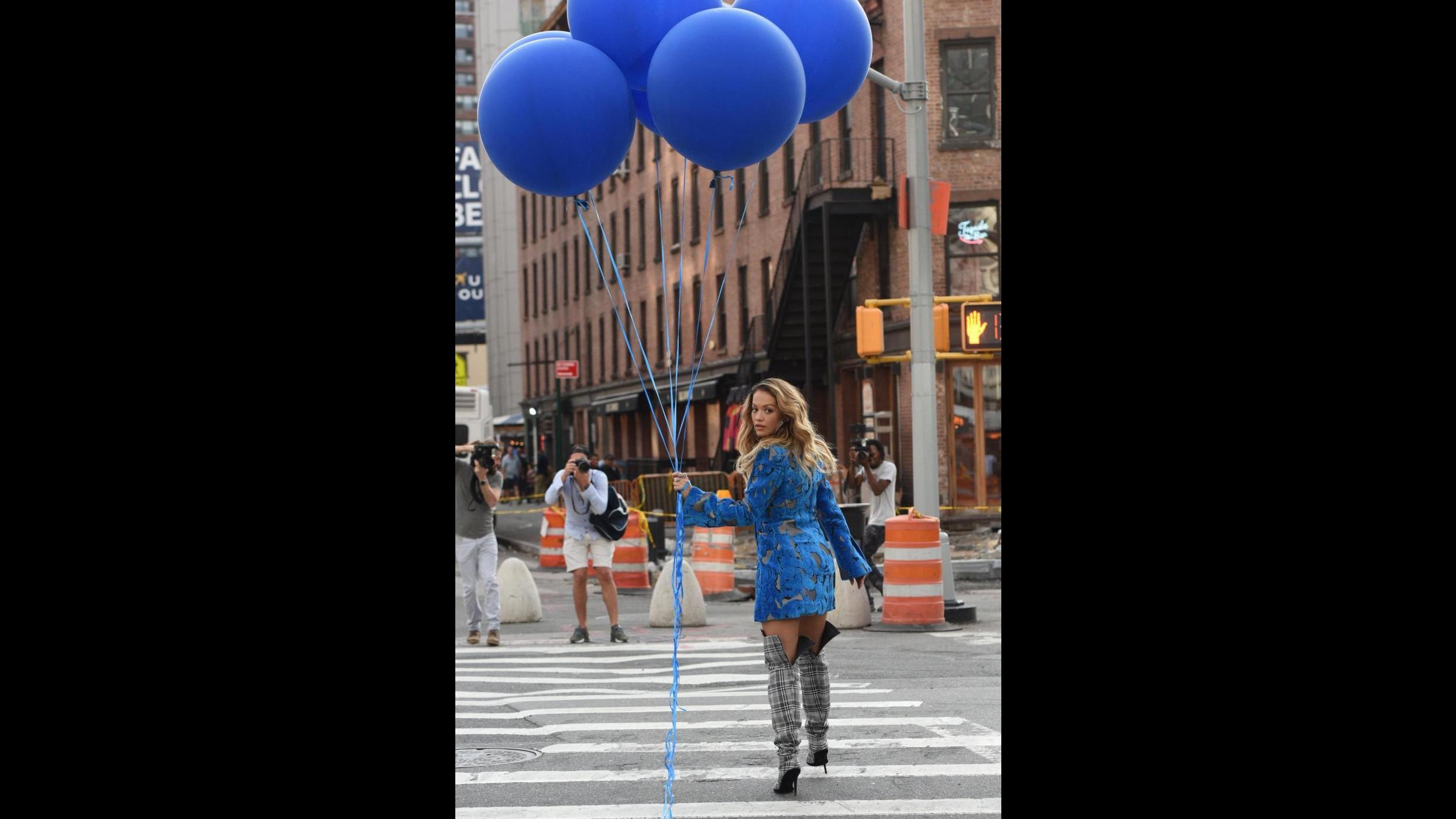 New York, prime immagini del nuovo video di Rita Ora a Times Square