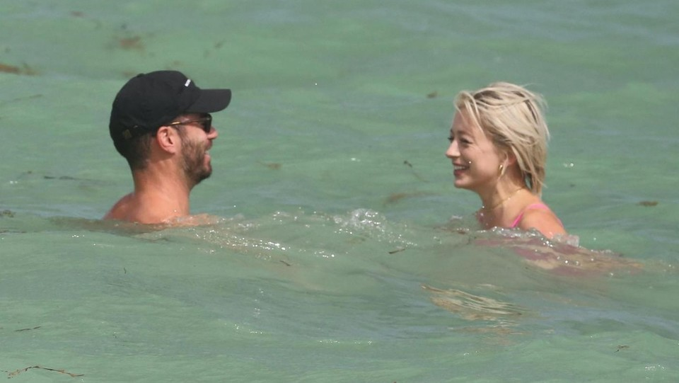 Caroline Vreeland in acqua con il fidanzato Jason ©Backgrid