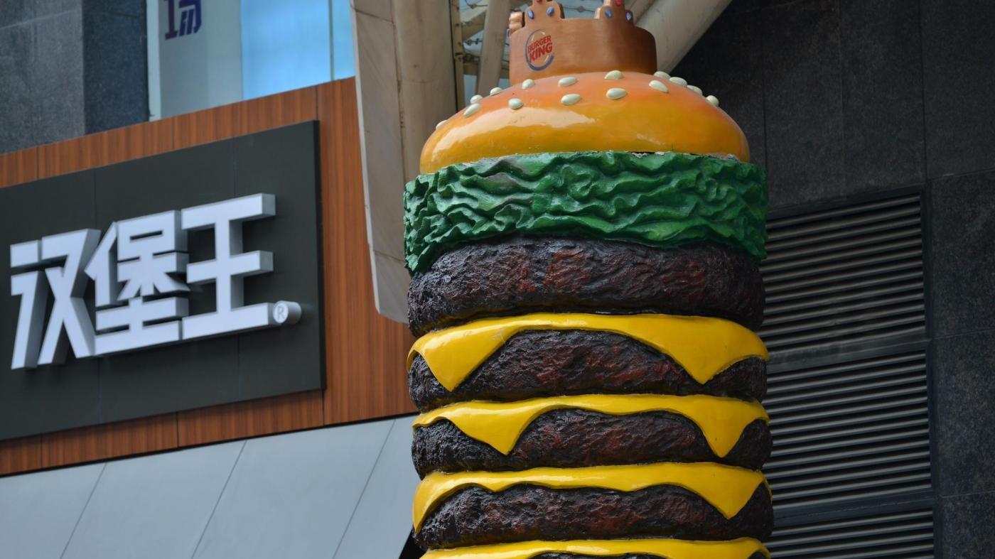 La Cina celebra l'hamburger: la dichiarazione d'amore extra-large