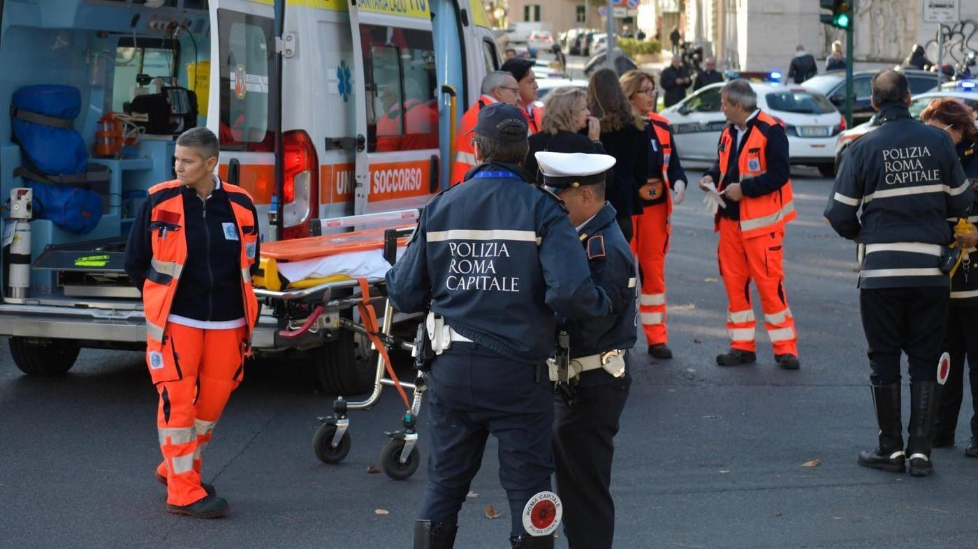 Roma, albero cade su un taxi: ferito il conducente