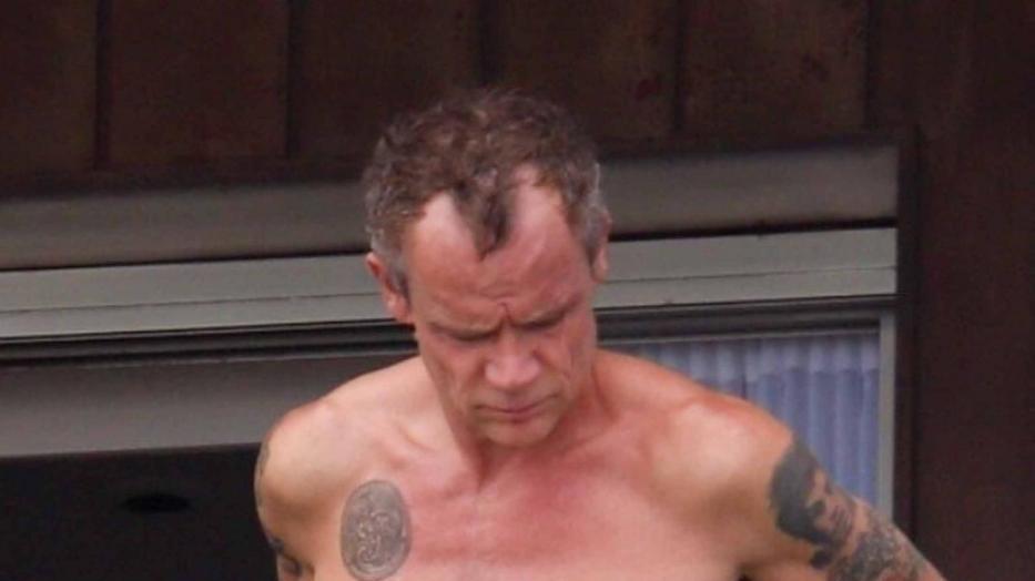 Flea nudo sul balcone: il bassista dei Red Hot Chili Peppers paparazzato a Rio