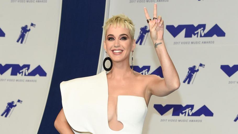 Buon compleanno Katy Perry! 33 anni di palchi e look esagerati
