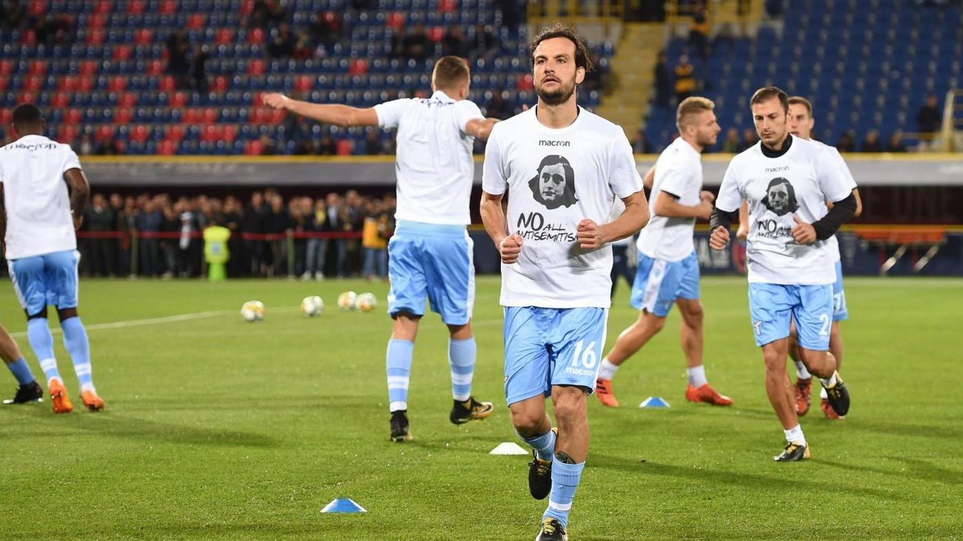 Calcio, i giocatori della Lazio in campo a Bologna con la maglia di Anna Frank
