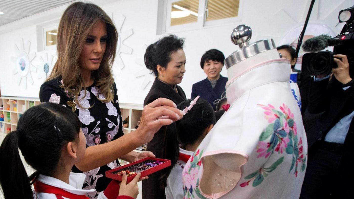 Melania Trump floreale in Cina, tra cibo orientale e ideogrammi