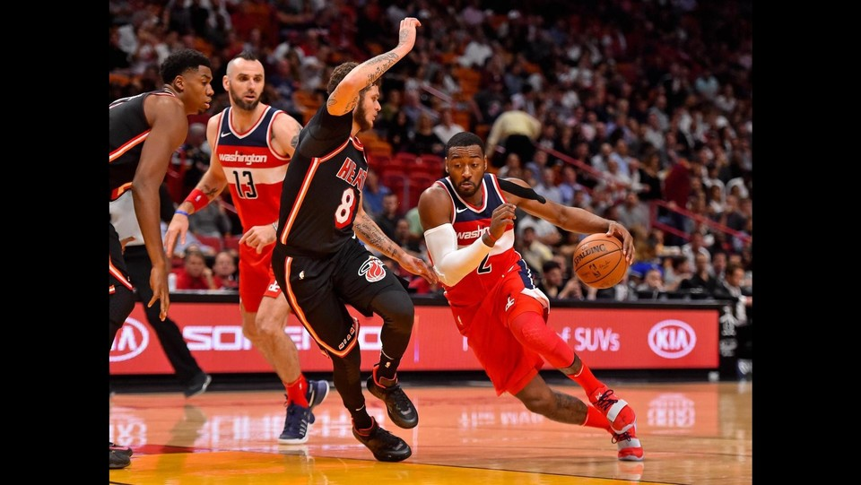 Miami Heat - Washington Wizards 93-102 - John Wall (Wizards) supera Tyler Johnson ©LaPresse/Reuters