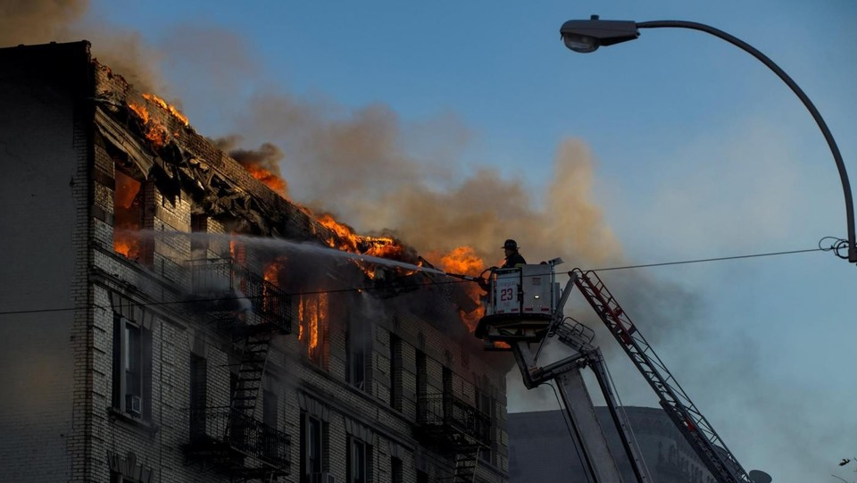 New York - Incendio a Manhattan, edificio di 7 piani in fiamme ©LaPresse/Reuters