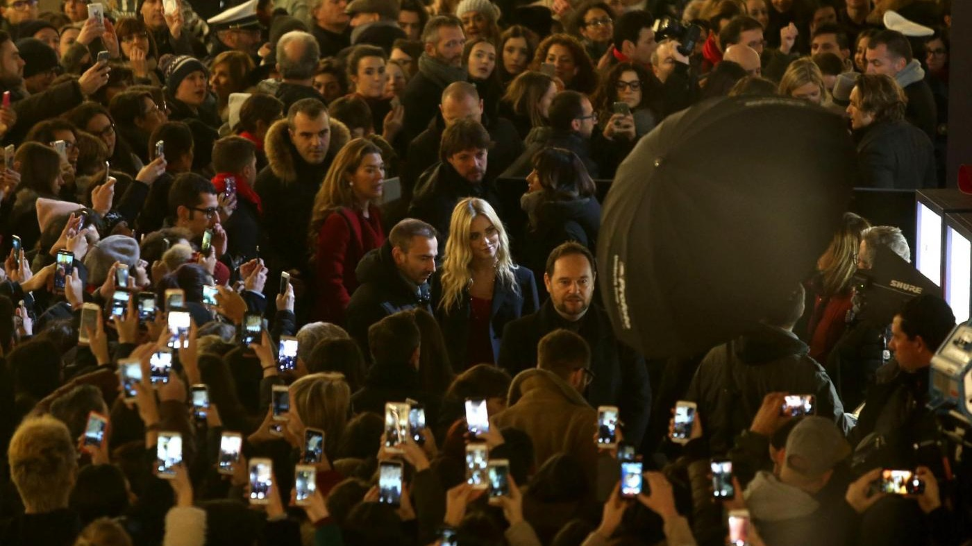 Milano, pioggia di fan per Chiara Ferragni: è la madrina del Natale Swarovski