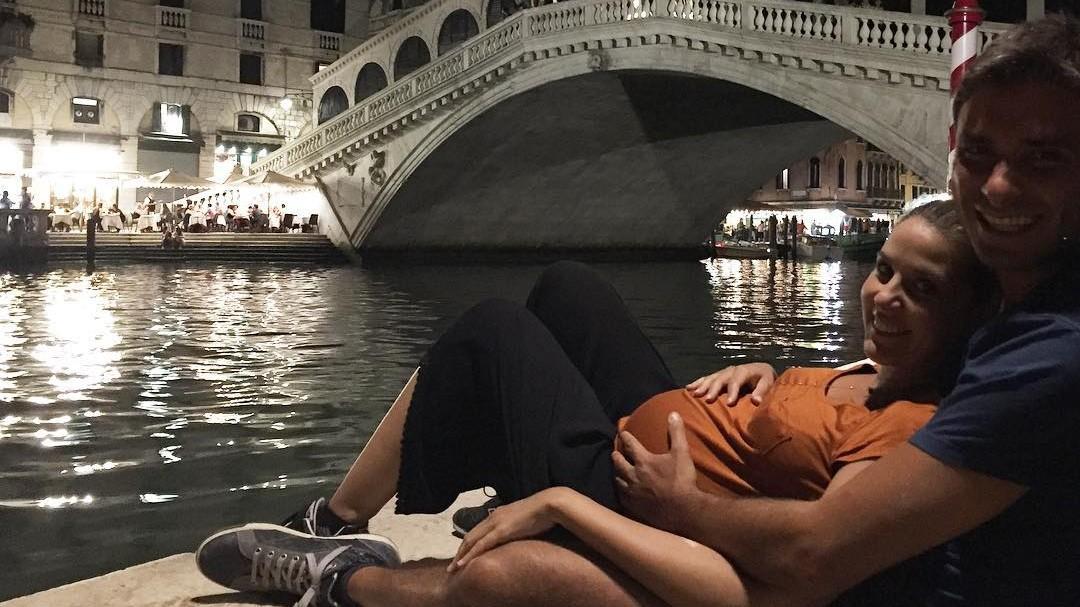 Di Battista romantico abbraccia il pancione della compagna a Venezia
