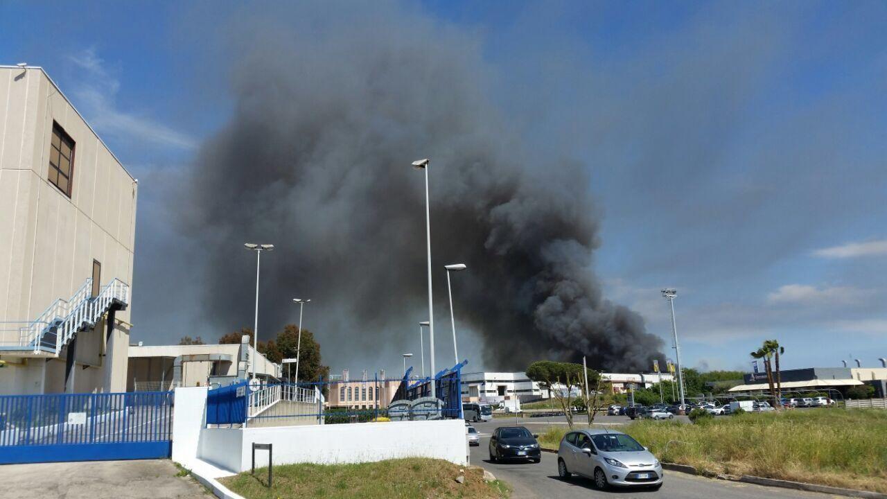 Pomezia, notte di lavoro per vigili fuoco: nube nera verso Roma Sud