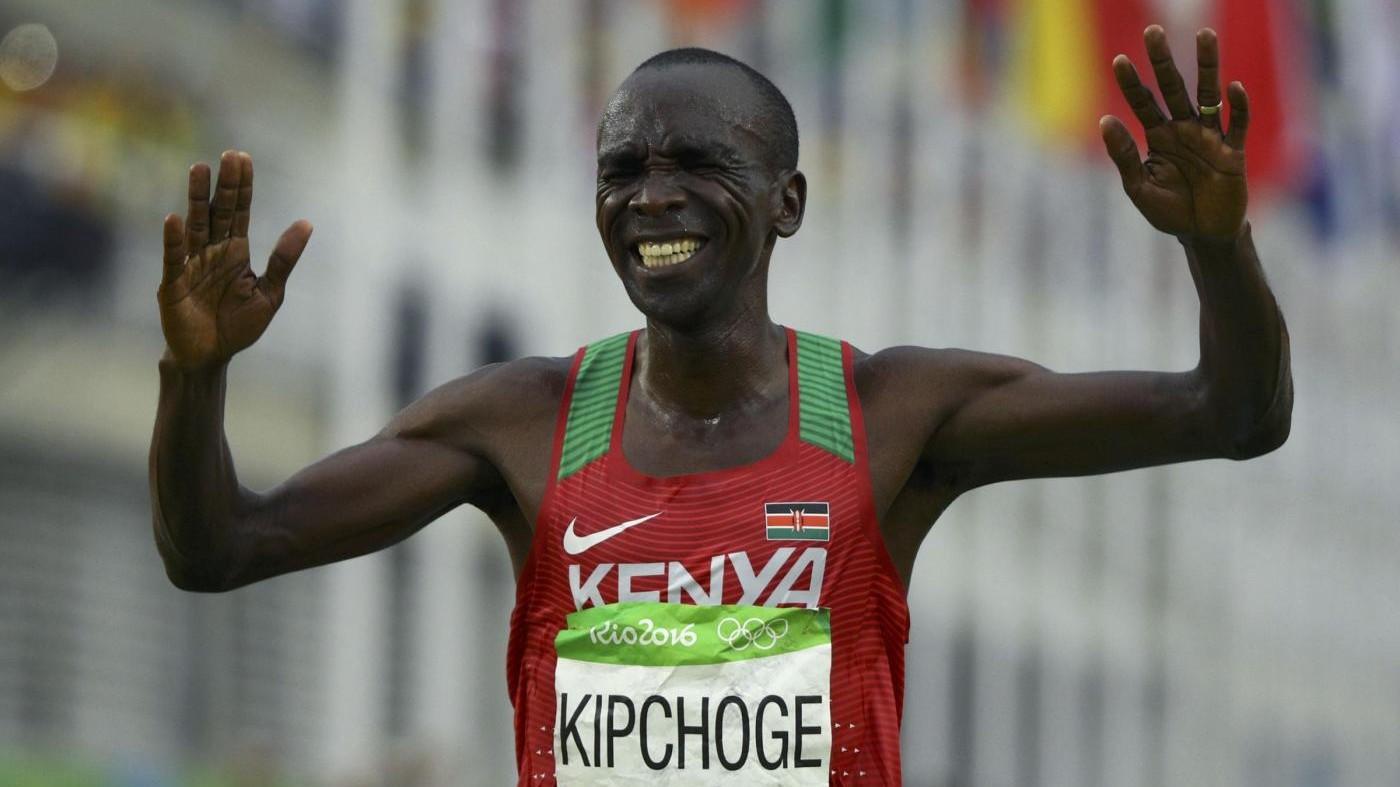 Atletica, maratona: Kipchoge batte il record ma muro di 2 ore resiste