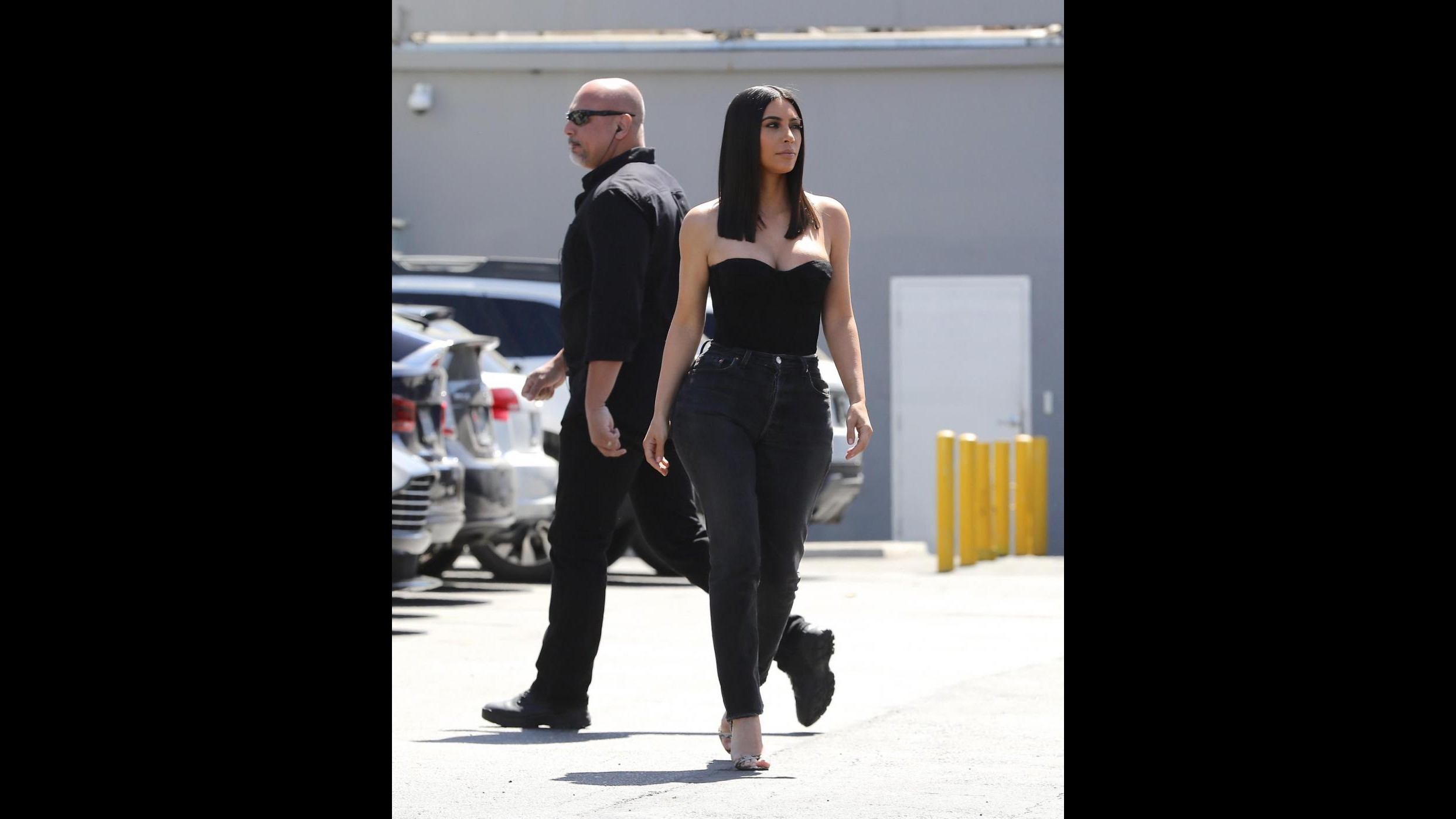 Kim Kardashian a passeggio con una tenuta molto sexy