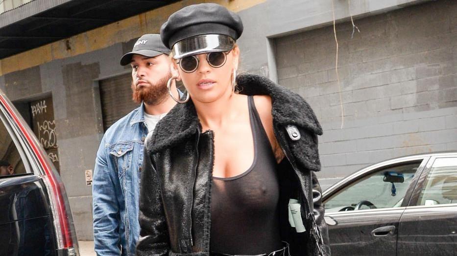 FOTO Rita Ora sexy 'dark lady': seno in vista e pelle nera
