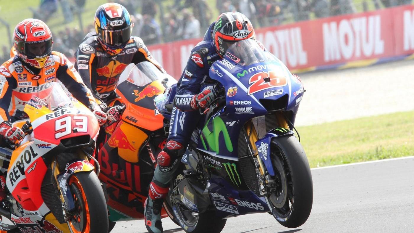 Vinales vince in Francia, Rossi in testa cade nell'ultimo giro
