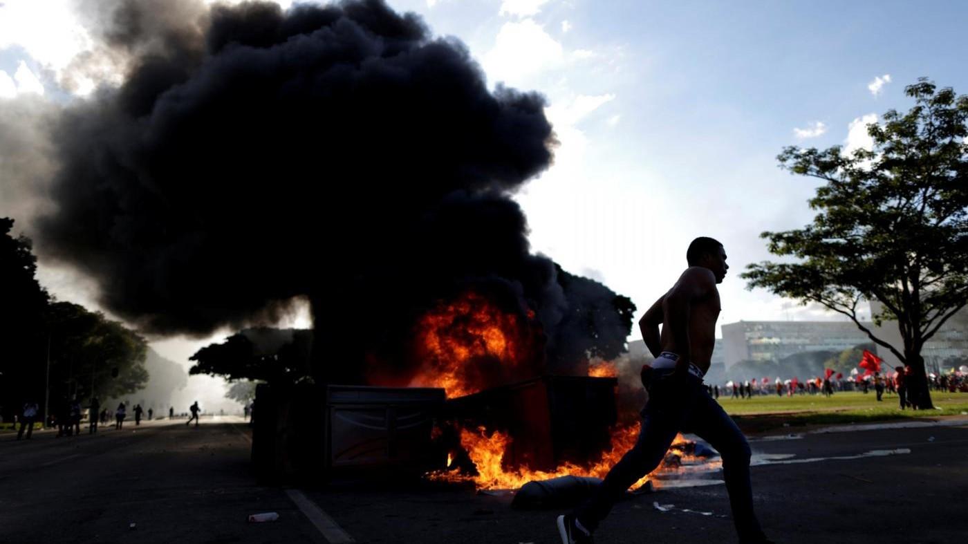 Brasile, Temer schiera l'esercito dopo gli scontri nella capitale