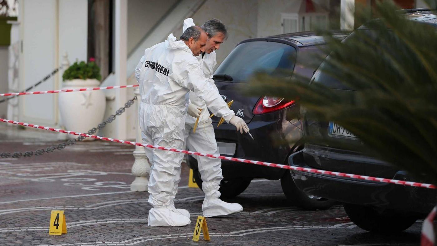 Napoli, agguato in tabaccheria a Giugliano: uccisi padre e figlio