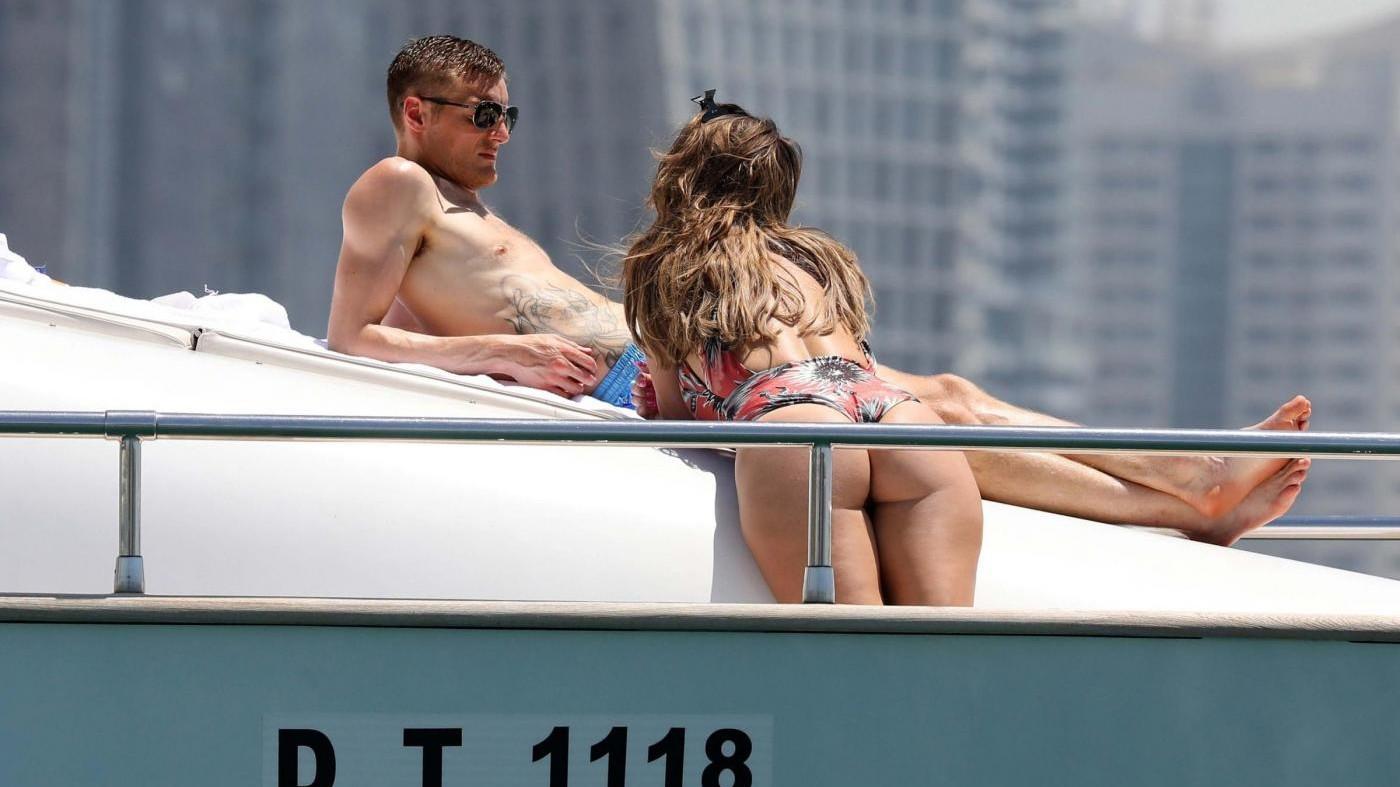 FOTO Il bomber Vardy sullo yatch con la sexy moglie a Dubai