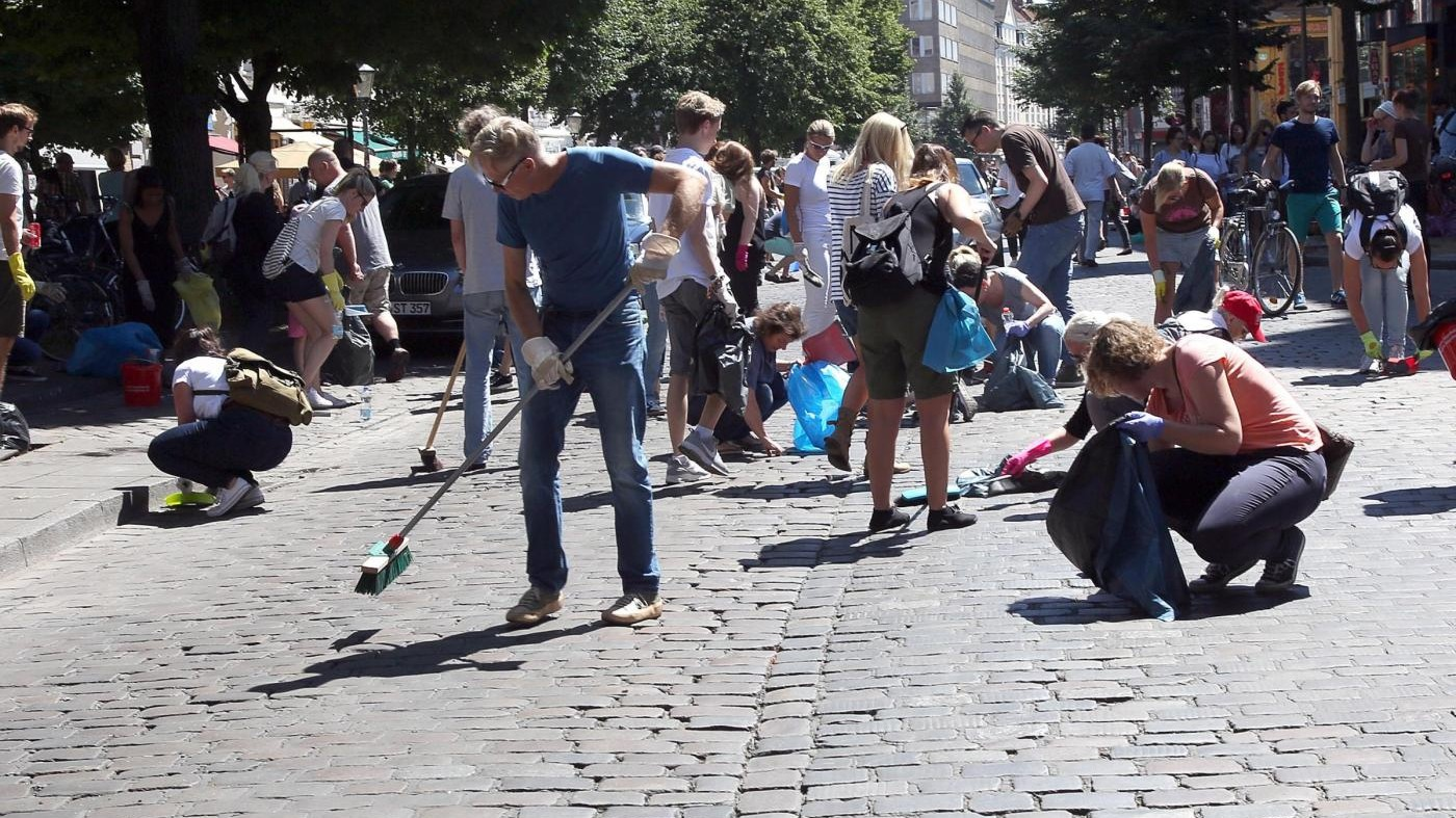 FOTO G20, i cittadini ripuliscono Amburgo