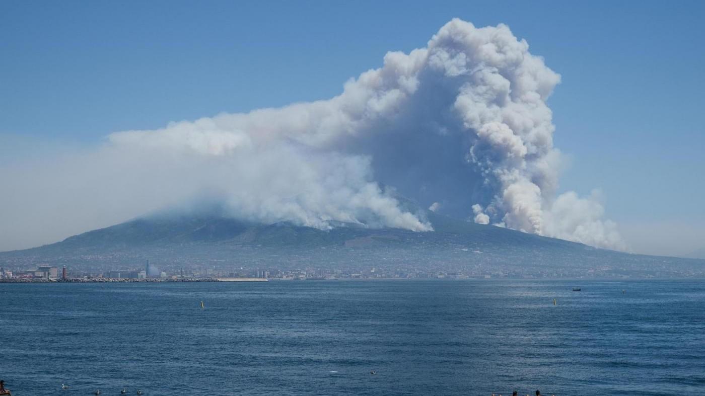FOTO Vesuvio in fiamme: l'incendio sembra una vera eruzione