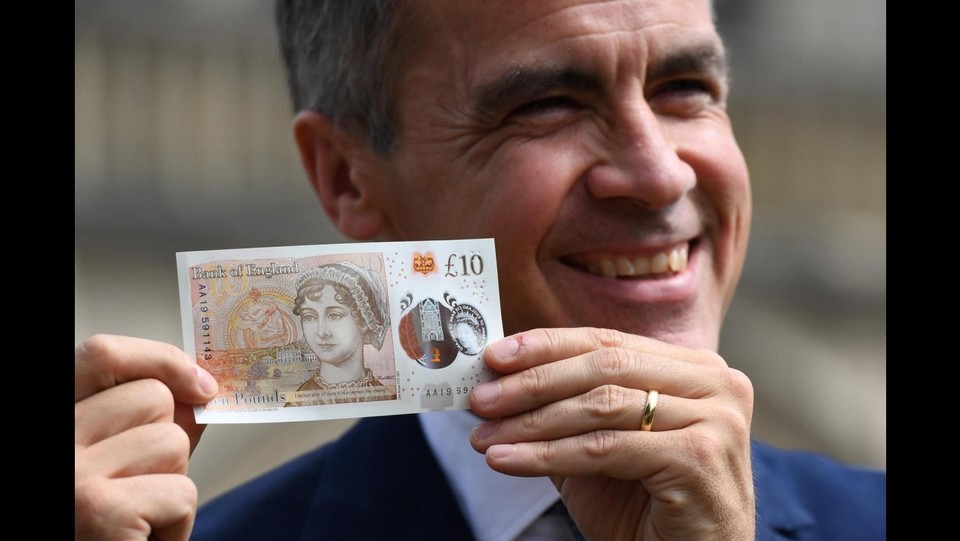 Britain's Bank of England Governor, Mark Carney, holds the new £10 note featuring Jane Austen, at Winchester Cathedral, in Winchester ©LaPresse/Reuters