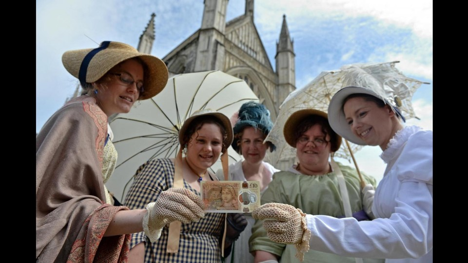 People in period costume pose with the new £10 note featuring Jane Austen, at Winchester Cathedral, in Winchester ©LaPresse/Reuters