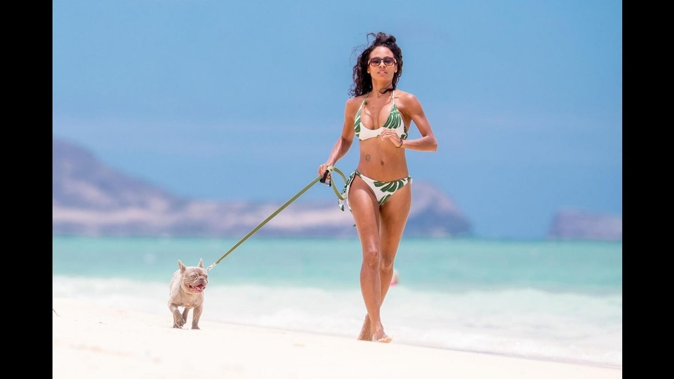 Candace Smith con il cagnolino in spiaggia ©Backgrid