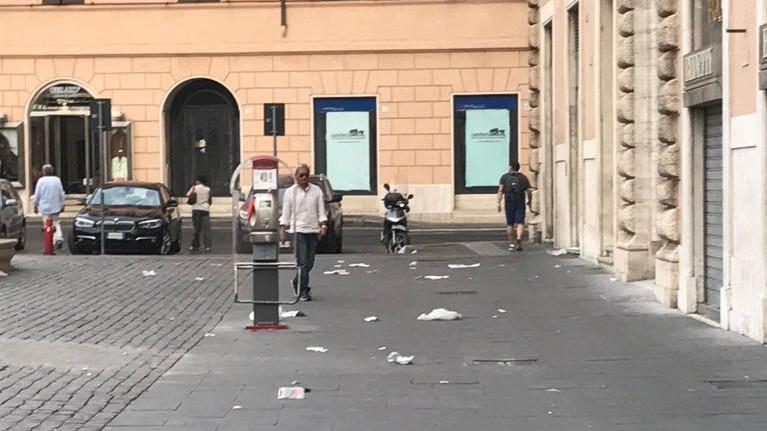 Roma, così piazza San Silvestro diventa una pattumiera