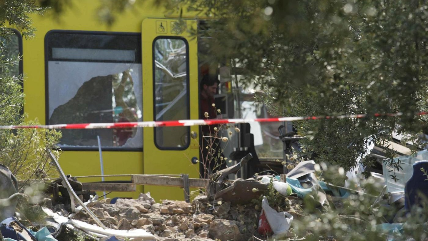 Scontro tra due treni nel Salento: 10 persone ferite