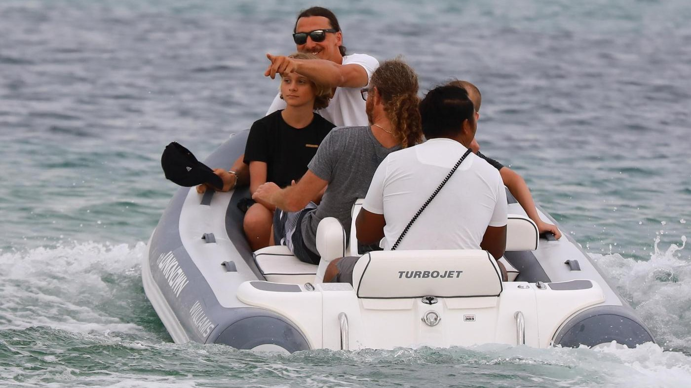 FOTO Ibra tornerà da Mourinho? Nell'attesa se la spassa in barca