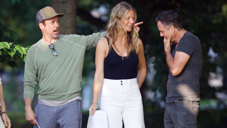Anthony Russo spiega la scena a Paltrow e Downey ©Backgrid