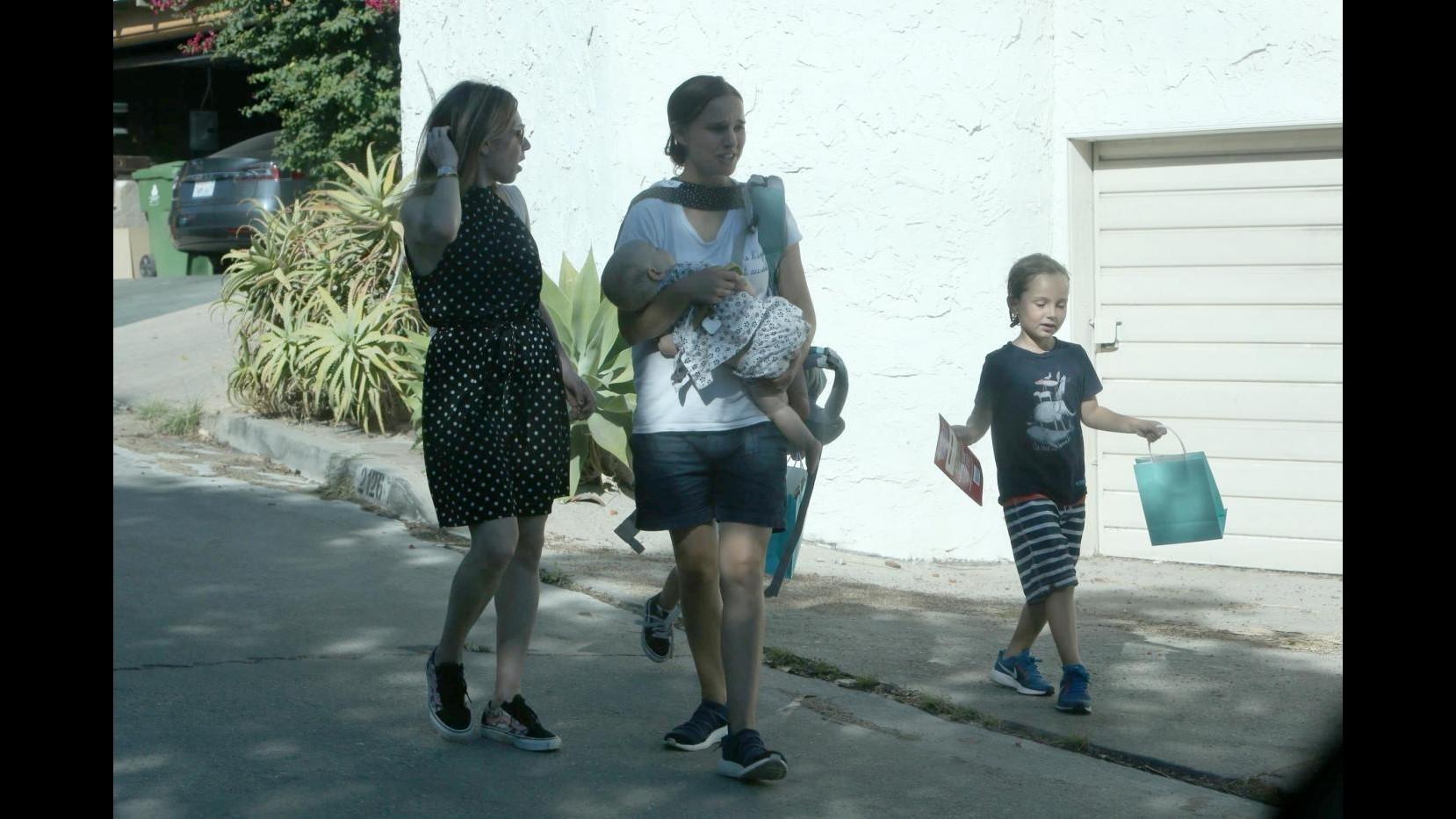 Natalie Portman, mamma casual con i figli Aleph e Amalia