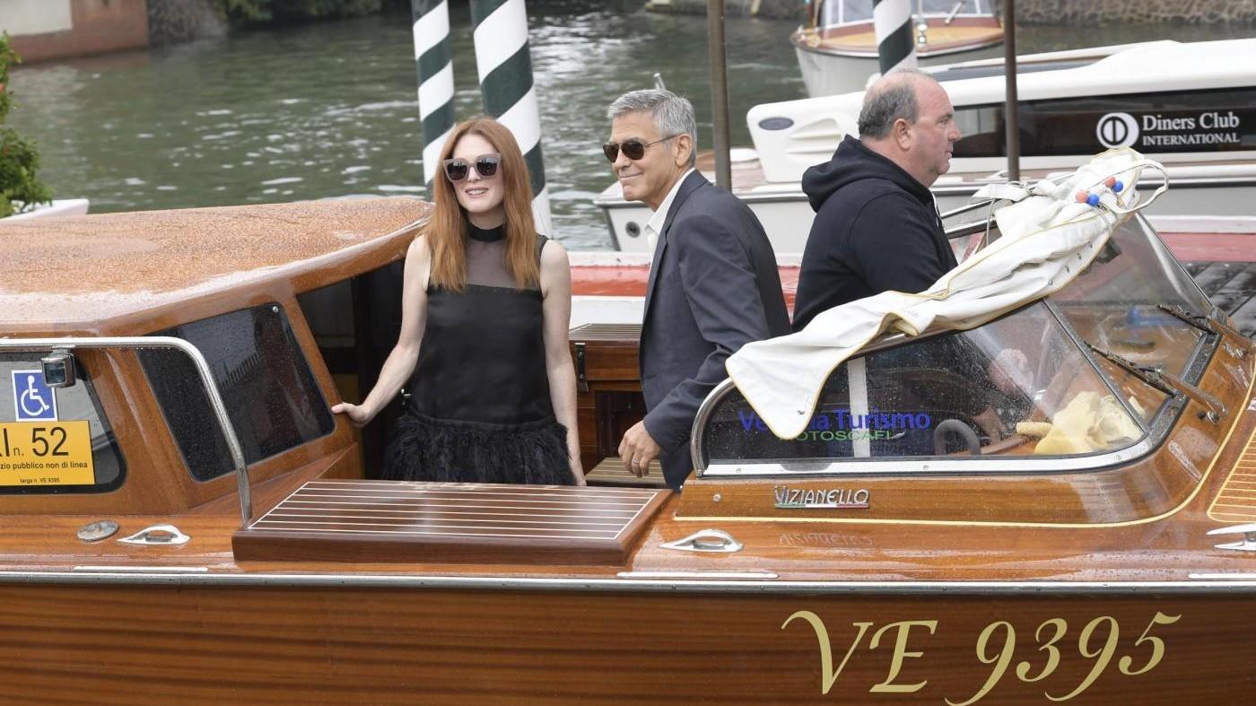 FOTO Clooney e Julianne Moore a Venezia 74: star sul vaporetto