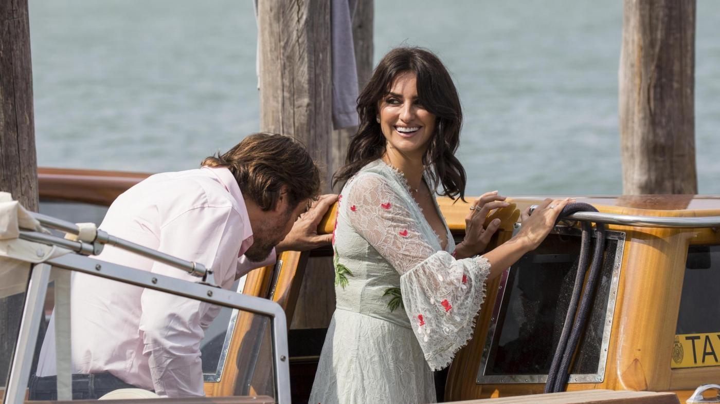 Venezia 74, niente baci ma risate e premure per Bardem e Cruz