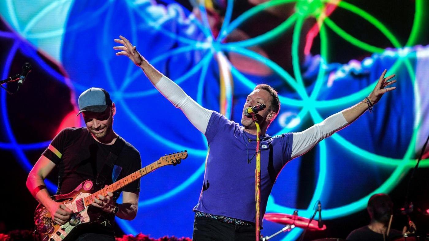 I Coldplay invadono San Siro: musica, luci e un appello alla pace