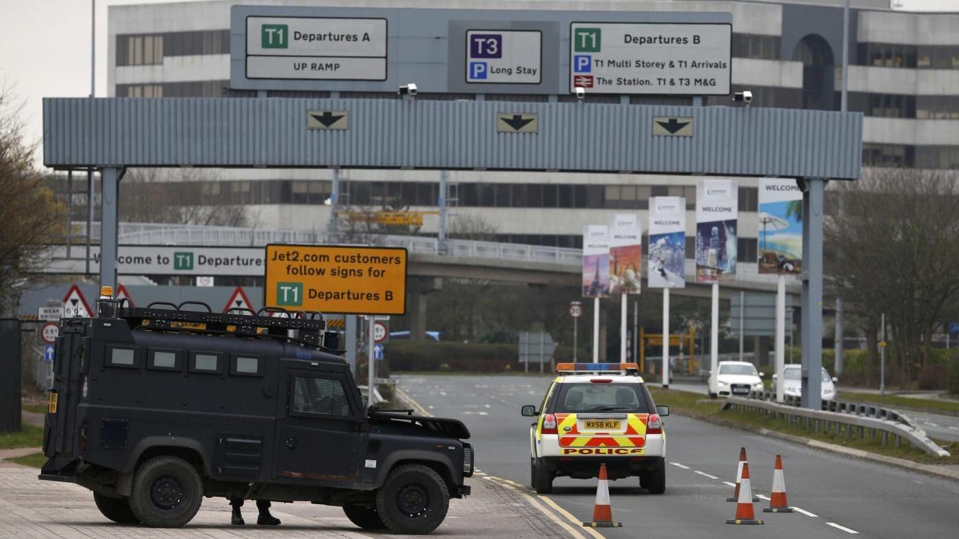 Allarme a Manchester: evacuato aeroporto per borsa sospetta
