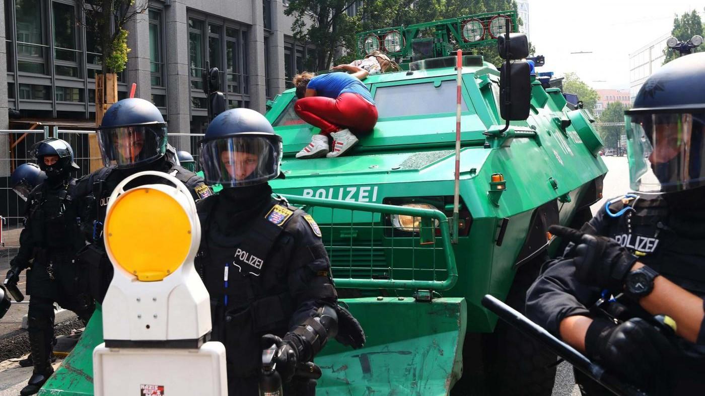 Proteste e scontri al G20: Melania Trump bloccata in albergo