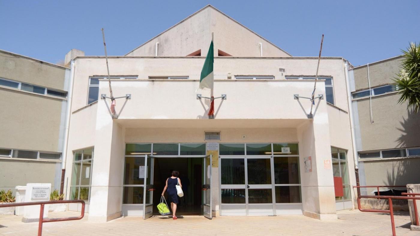 Palermo, carcassa di uccello davanti a scuola Falcone allo Zen