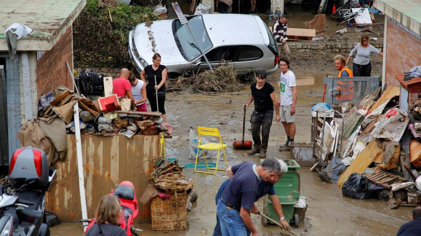 Livorno, il fango dopo il nubifragio. Sei morti e due dispersi: una famiglia distrutta