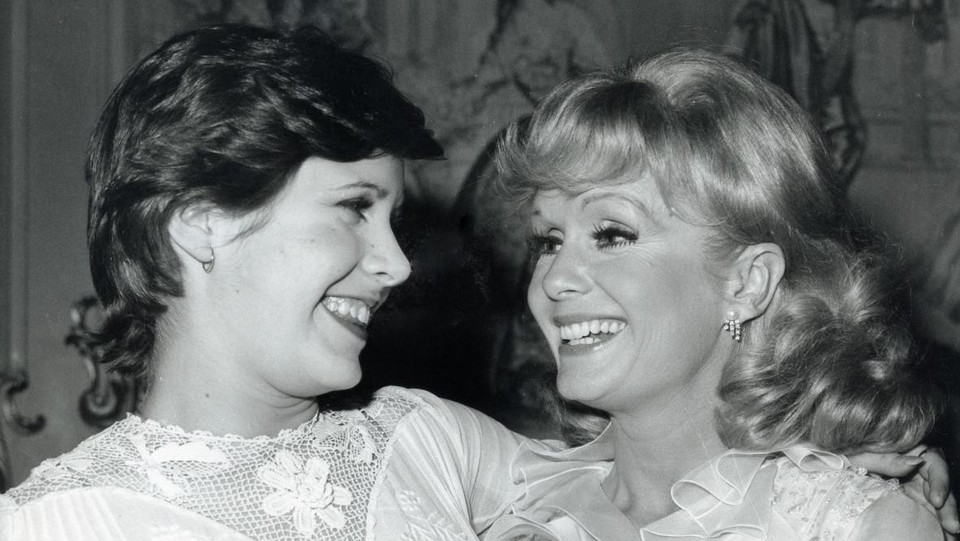 Debbie Reynolds e la figlia Carrie Fisher in uno scatto del 1973 ©LaPresse/Runway Manhattan