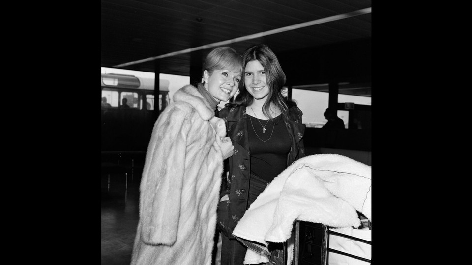 Debbie Reynolds e la 15enne Carrie Fisher nel 1972 all'aeroporto di Heathrow ©LaPresse/Runway Manhattan