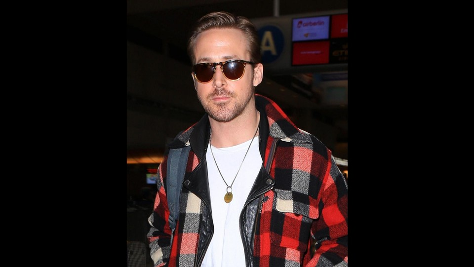 Look 'country' per Ryan Gosling paparazzato all'aeroporto di Los Angeles. L'attore, dopo l'eleganza sfoggiata ai Golden Globe in occasione della premiazione, torna ad un abbigliamento casual ©X17/LaPresse
