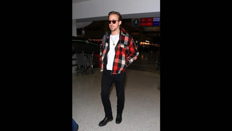 Look 'country' per Ryan Gosling paparazzato all'aeroporto di Los Angeles ©X17/LaPresse