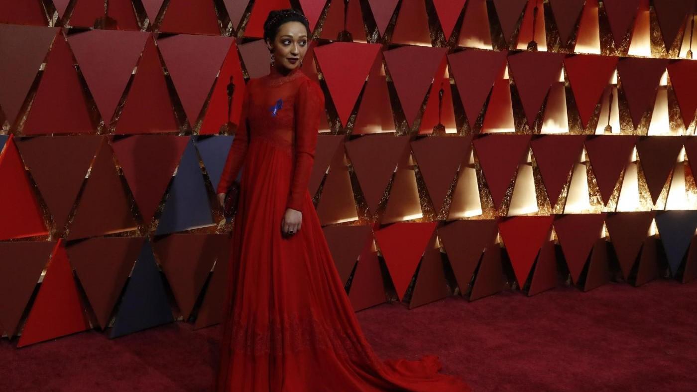 Oscar, nei look dominano oro, argento e fiocco anti-Trump