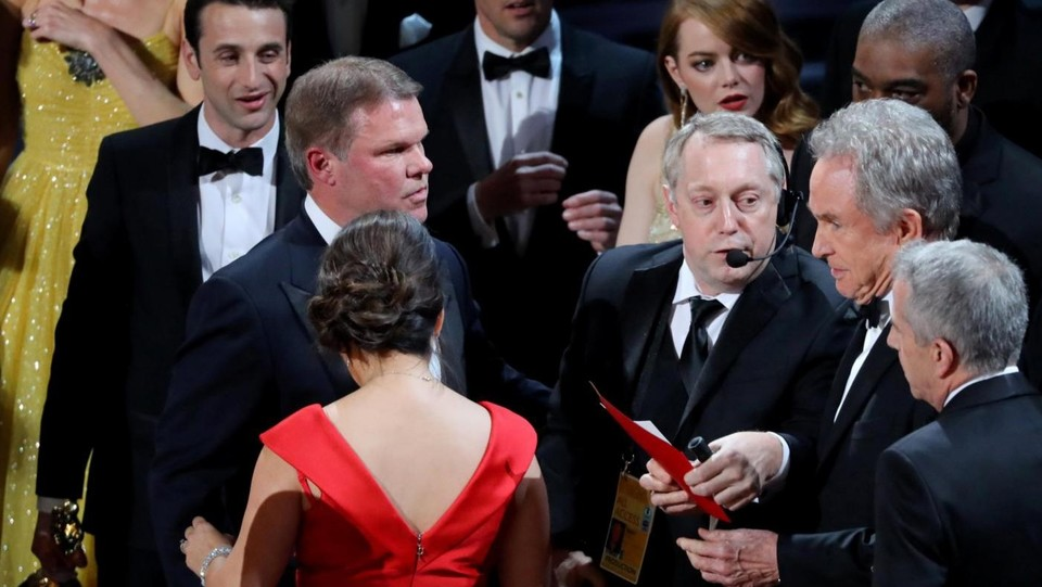 Oscar, responsabili scambio busta esclusi da team premiazione