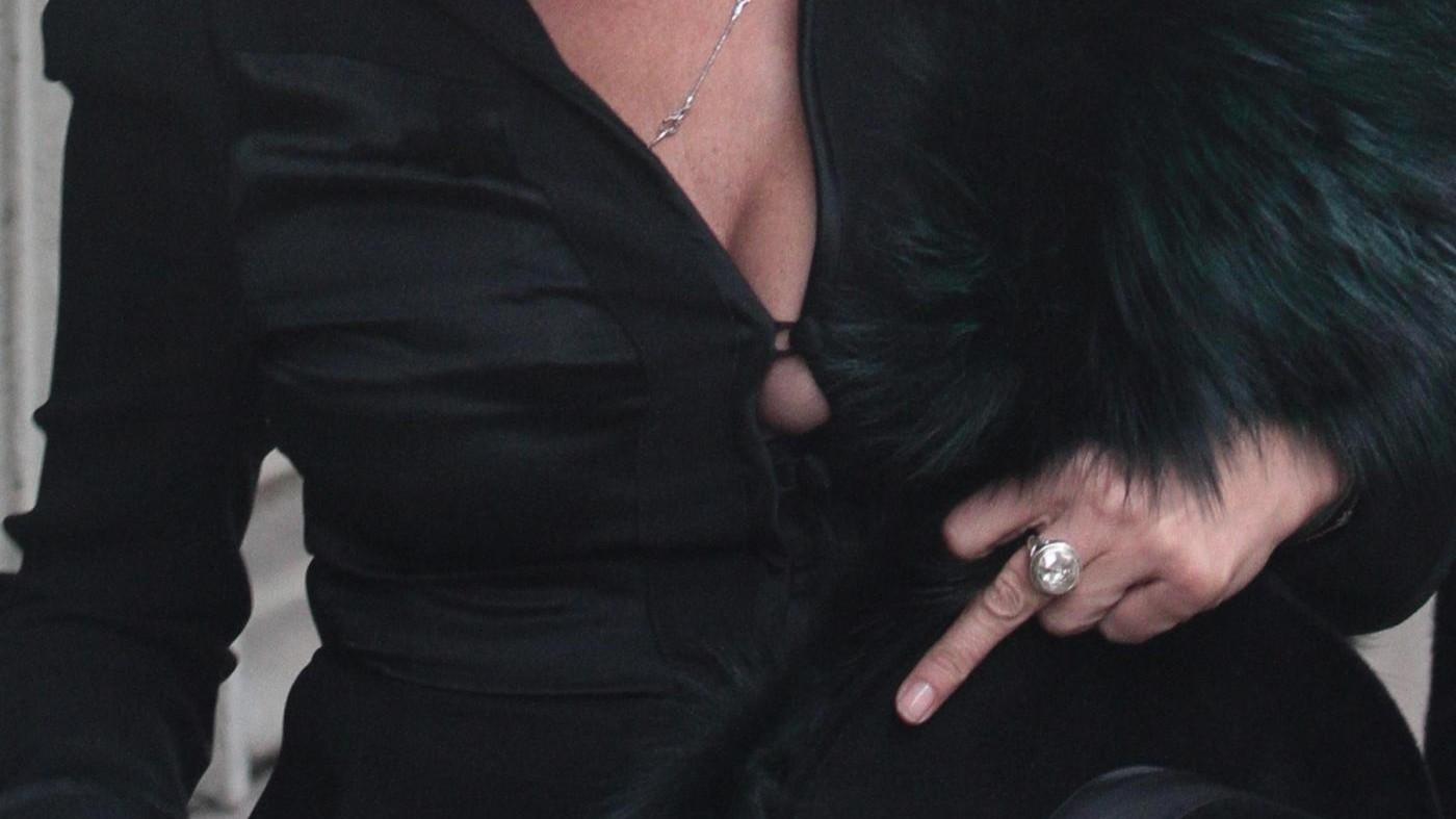 Milano, Kate Moss rientra in hotel e fa il dito medio ai fotografi
