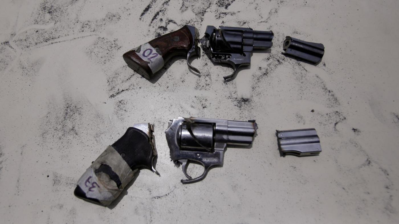 FOTO Ecco come polizia distrugge armi confiscate a gang del Guatemala