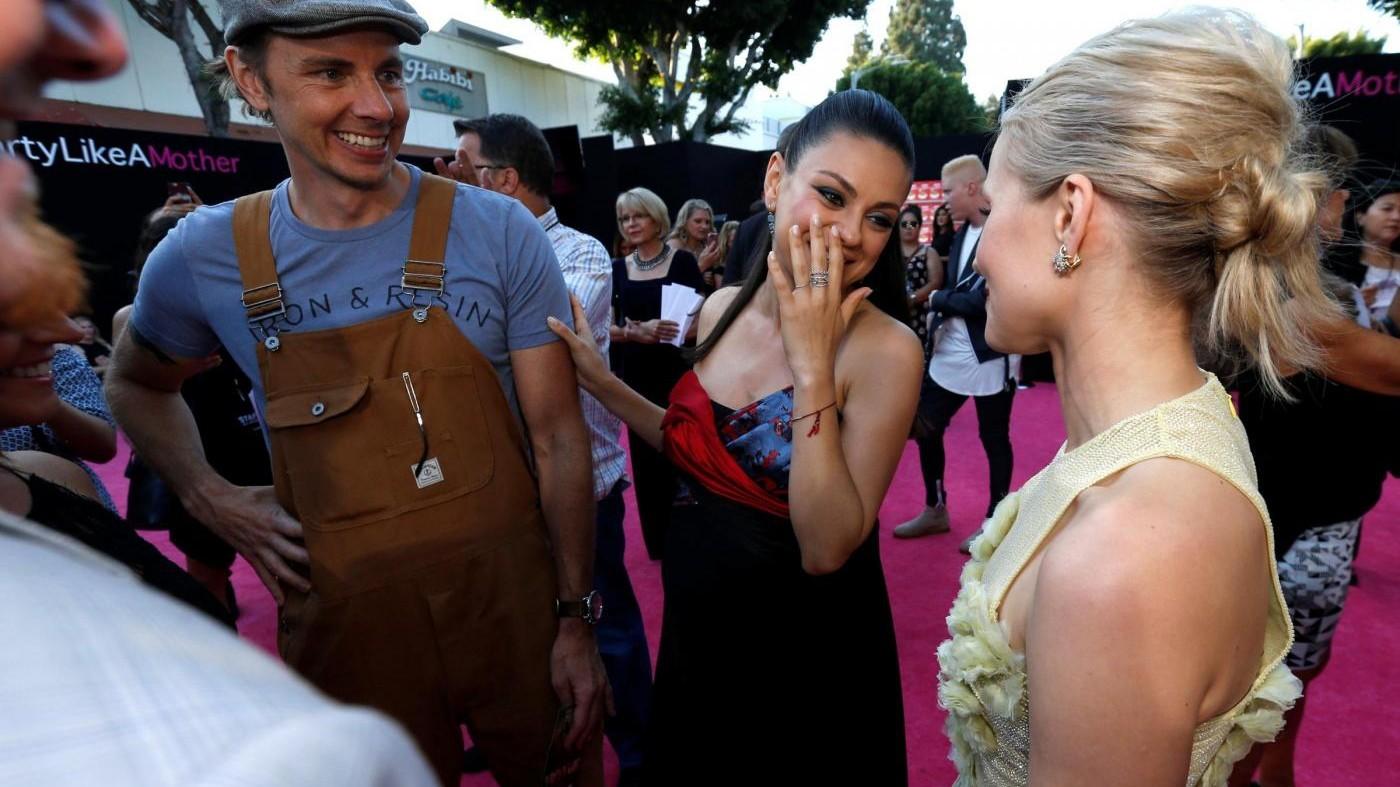 FOTO Mila Kunis mostra il 'pancino' alla premiere di Bad Moms