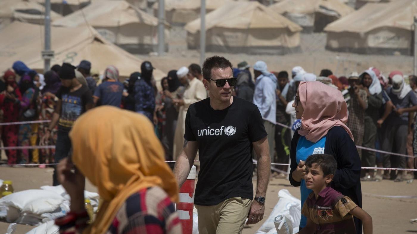 FOTO Ewan McGregor incontra bimbi sfollati in Iraq
