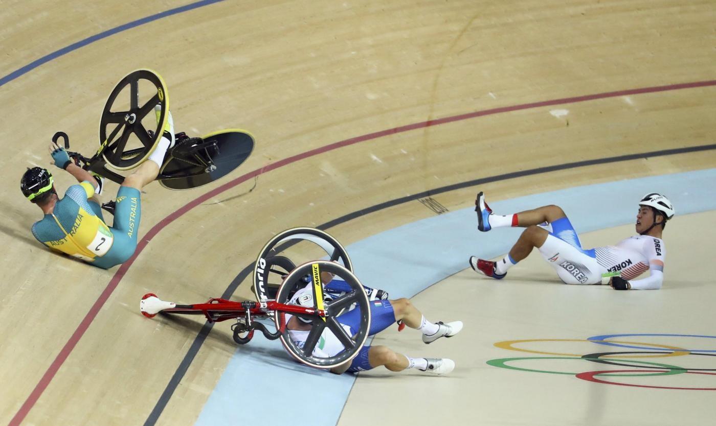 FOTO Viviani cade, si rialza e vince oro nel ciclismo su pista