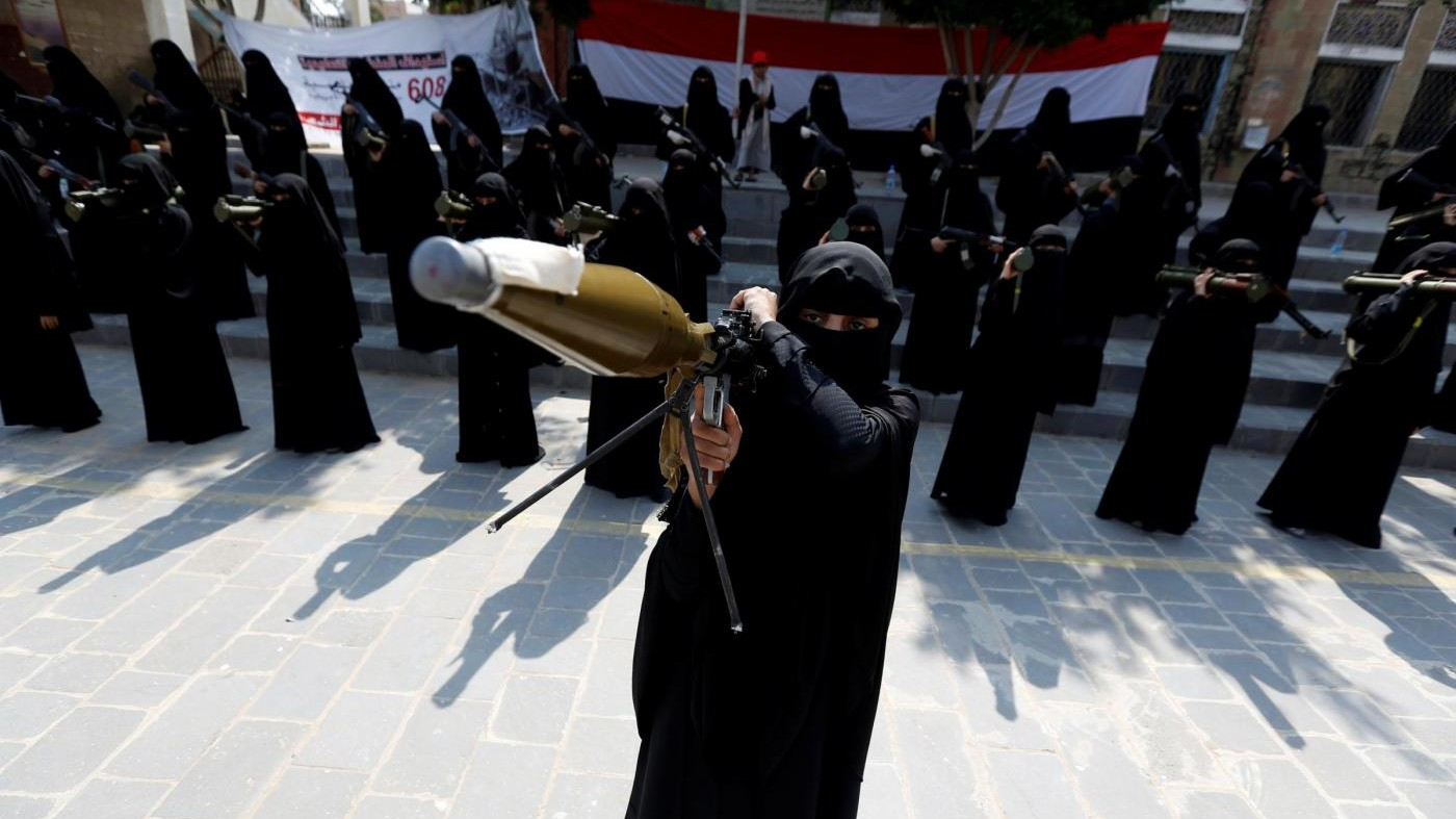 FOTO  Yemen, donne armate in strada a supporto dell'Houthi