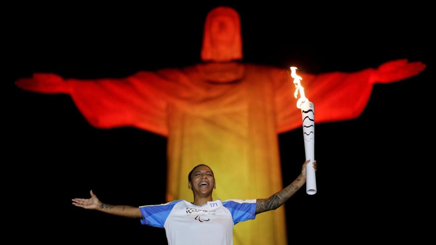 FOTO Paralimpiadi, torcia olimpica rende omaggio al Cristo di Rio